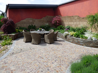 """Umgestaltung eines Tankstellenhinterhofs in einen """"Garten für Auge und Seele"""". Gärten für Auge und Seele Mediterraner Balkon, Veranda & Terrasse"""