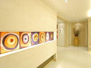 Yunhee Choe Minimalistyczny korytarz, przedpokój i schody