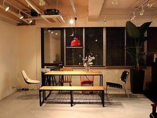 Yunhee Choe Domowe biuro i gabinetBiurka Drewno O efekcie drewna