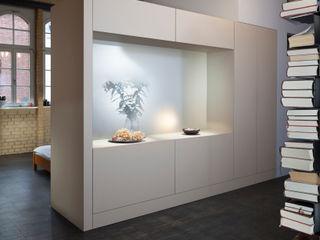 16elements GmbH 現代風玄關、走廊與階梯