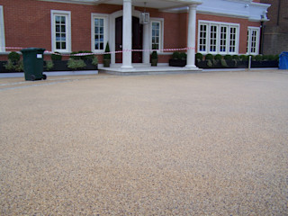 Domestic Driveways installation of resin bound paving Permeable Paving Solutions UK Paredes y pisos de estilo moderno