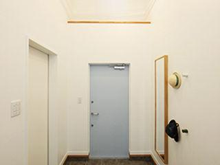 パパママハウス株式会社 現代風玄關、走廊與階梯