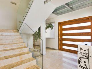 Casa NB Excelencia en Diseño Pasillos, vestíbulos y escaleras minimalistas