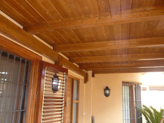 Porche de madera a un agua en color teka Ático y Jardín Jardines de estilo clásico
