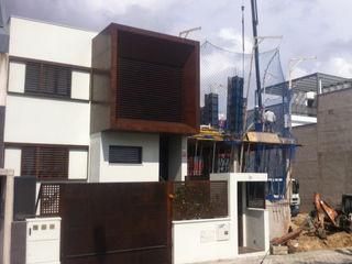 DOS VIVENDAS UNIFAMILIARES ADOSADAS. VALDEBEBAS. MADRID. EN CONSTRUCCION Bescos-Nicoletti Arquitectos Casas de estilo moderno