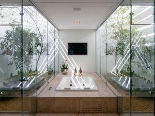 Aguirre Arquitetura Minimalist style bathroom