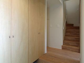 福田康紀建築計画 Modern corridor, hallway & stairs