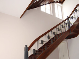 STREGER Massivholztreppen GmbH Colonial style corridor, hallway& stairs