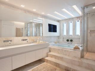 Leila Dionizios Arquitetura e Luminotécnica Modern Bathroom