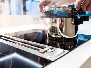 Luxusküche mit Kochinsel aus Mineralwerkstoff, nahtlos gearbeitet, einseitig frei schwebend, Kochstelle Bora Klocke Möbelwerkstätte GmbH Moderne Küchen