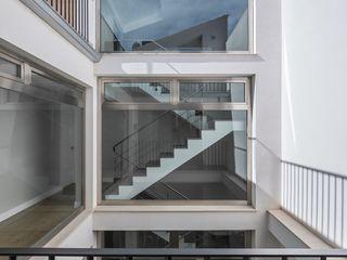 LLIBERÓS SALVADOR Arquitectos Modern corridor, hallway & stairs