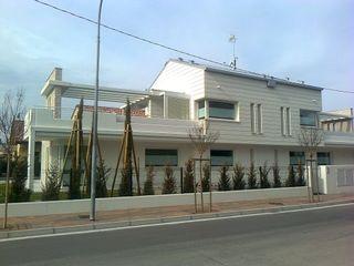 POMPEIANE IN LEGNO VENETA TETTI Balcone, Veranda & Terrazza in stile moderno