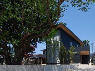 木薫る夏の教会「全開口と空窓の黙想の家」 M設計工房 モダンな 家 金属 黒色