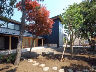 木薫る夏の教会「全開口と空窓の黙想の家」 M設計工房 モダンな庭 木 黒色