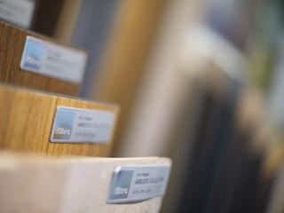 Ausstellung im Detail Holz Pirner GmbH Moderne Ladenflächen