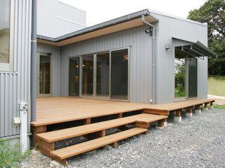3つのテラスが自然を採り入れる、中庭が景色をつなぐ家 M設計工房 モダンデザインの テラス 金属 メタリック/シルバー