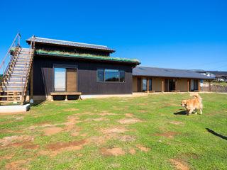 虎設計工房 Eclectic style houses Solid Wood Black