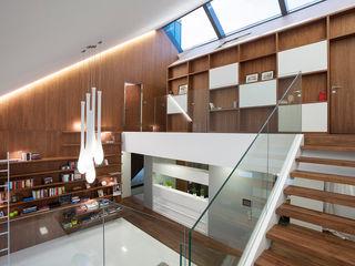 MOBIUS ARCHITEKCI PRZEMEK OLCZYK Pasillos, vestíbulos y escaleras modernos