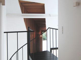 Tim Versteegh Architect Pasillos, vestíbulos y escaleras de estilo minimalista