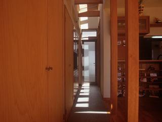 風建築工房 Scandinavian style corridor, hallway& stairs
