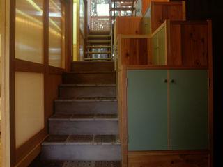 風建築工房 Pasillos, vestíbulos y escaleras de estilo moderno