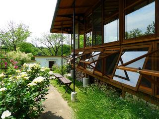 風建築工房 Puertas y ventanas de estilo escandinavo