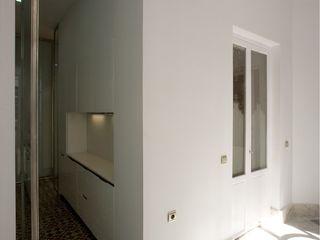 3 VIVIENDAS, CALLE SAN MIGUEL 18 (CÁDIZ) pxq arquitectos Pasillos, vestíbulos y escaleras de estilo ecléctico