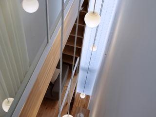 White hut and Tilia japonica 高橋真紀建築設計事務所 Puertas y ventanas eclécticas