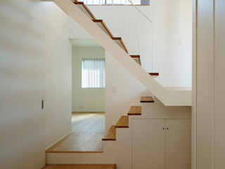 向山建築設計事務所 Modern corridor, hallway & stairs Wood White