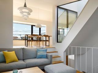 向山建築設計事務所 Salas de estilo moderno Hierro/Acero Blanco