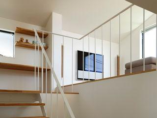 向山建築設計事務所 Modern corridor, hallway & stairs Iron/Steel White