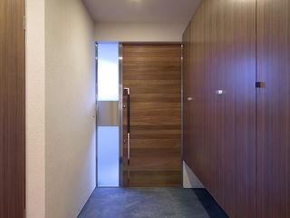 ISDアーキテクト一級建築士事務所 Modern corridor, hallway & stairs Wood Brown