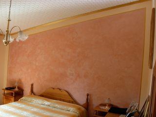 Testata del letto con Stucco a Cera Rosa Antico Arte & Decorazioni di Marco Sinibaldi Camera da letto in stile classico