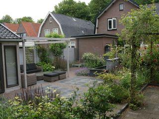 Familietuin met loungeterras in Sassenheim Ontwerpstudio Angela's Tuinen Moderne tuinen