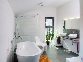 Haus M - Stutensee lc[a] la croix [architekten] Moderne Badezimmer