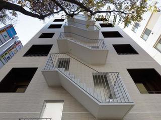 トレス建築事務所 Modern corridor, hallway & stairs