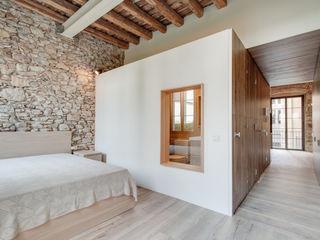 LOFTS GIRONA Lara Pujol | Interiorismo & Proyectos de diseño Cuartos de estilo mediterráneo
