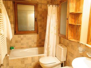 Patagonia Log Homes - Arquitectos - Neuquén Country style bathroom Tiles Beige