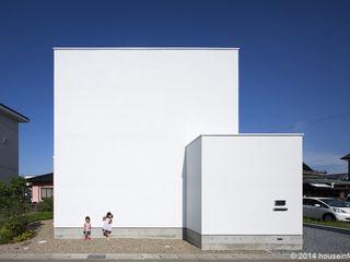 (株)ハウスインフォ Casas estilo moderno: ideas, arquitectura e imágenes Blanco