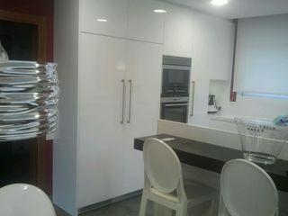 Reforma cocina casa en Barcelona TG KITCHENAMBIENT Cocinas de estilo moderno Tablero DM Blanco