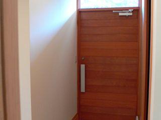 鶴巻デザイン室 Hình ảnh cửa sổ & cửa ra vào phong cách tối giản