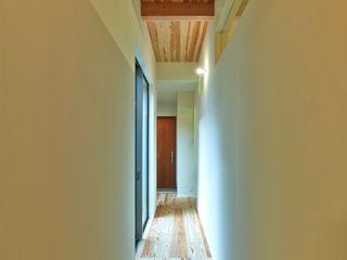 鶴巻デザイン室 Hành lang, sảnh & cầu thang phong cách hiện đại
