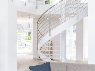 Bauhaus-Villa westlich von Köln Immotionelles Moderne Wohnzimmer Weiß