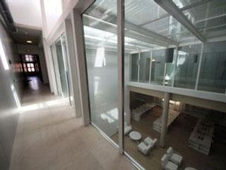 """REHABILITACIÓN DE DOS DE LAS NAVES """"CASTELLANO"""" COMO CENTRO DE RECURSOS PARA JÓVENES Gomez-Ferrer arquitectos Pasillos, vestíbulos y escaleras de estilo industrial"""