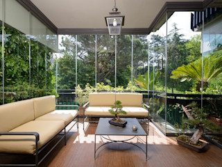 Door system fully tempered safety glass. Slide individually on an upper guide and a lower, without perimeter frame homify Modern Conservatory