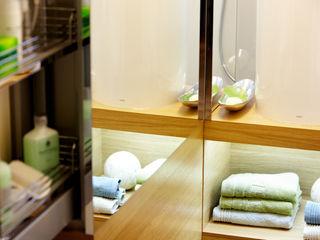 4m² Schlauchbad wird zum Querdenker Stammer Innenarchitektur BadezimmerAufbewahrungen