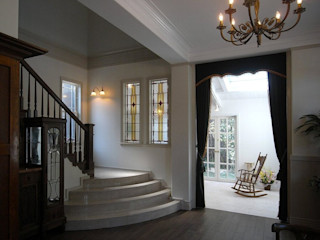 アトリエ優 一級建築士事務所 Pasillos, vestíbulos y escaleras clásicas
