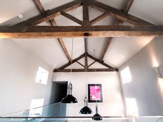 BIRCHENCLIFFE FARM E2 Architecture + Interiors Pasillos, vestíbulos y escaleras de estilo moderno