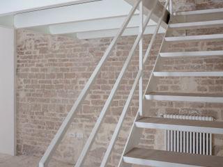 3C+M architettura Corredores, halls e escadas minimalistas