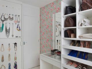 Carolina Mendonça Projetos de Arquitetura e Interiores LTDA Modern dressing room
